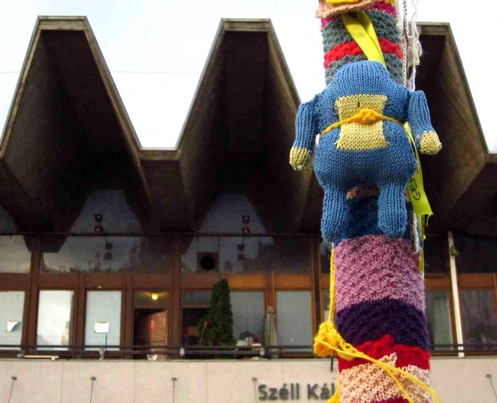 gerillakötés a moszkva téren / gurilla knitting in budapest